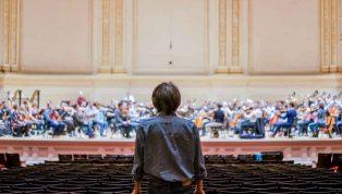 Parfois il faut que Maestro se déplace pour bien entendre l'Orchestre-au-Carnegie-Hall-18-octobre-2017-photo-Antoine-Saito035